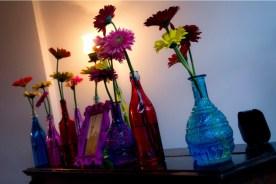 garrafas-de-vidro-com-gerberas-deram-um-colorido-especial-a-outro-espaco-da-festa-nesta-decoracao-de-leticia-alencar-1379958155206_750x500