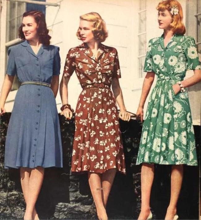 Mulheres posando com vestidos dos anos 40.