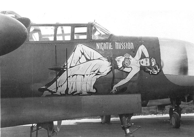 """Avião """"Nightie Mission"""", de 1944, com uma pintura estilo pin-up características entre os americanos."""