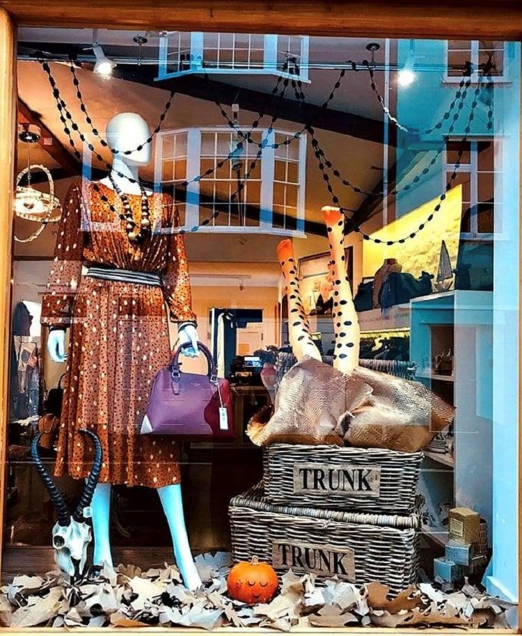 Loja com decoração de Halloween