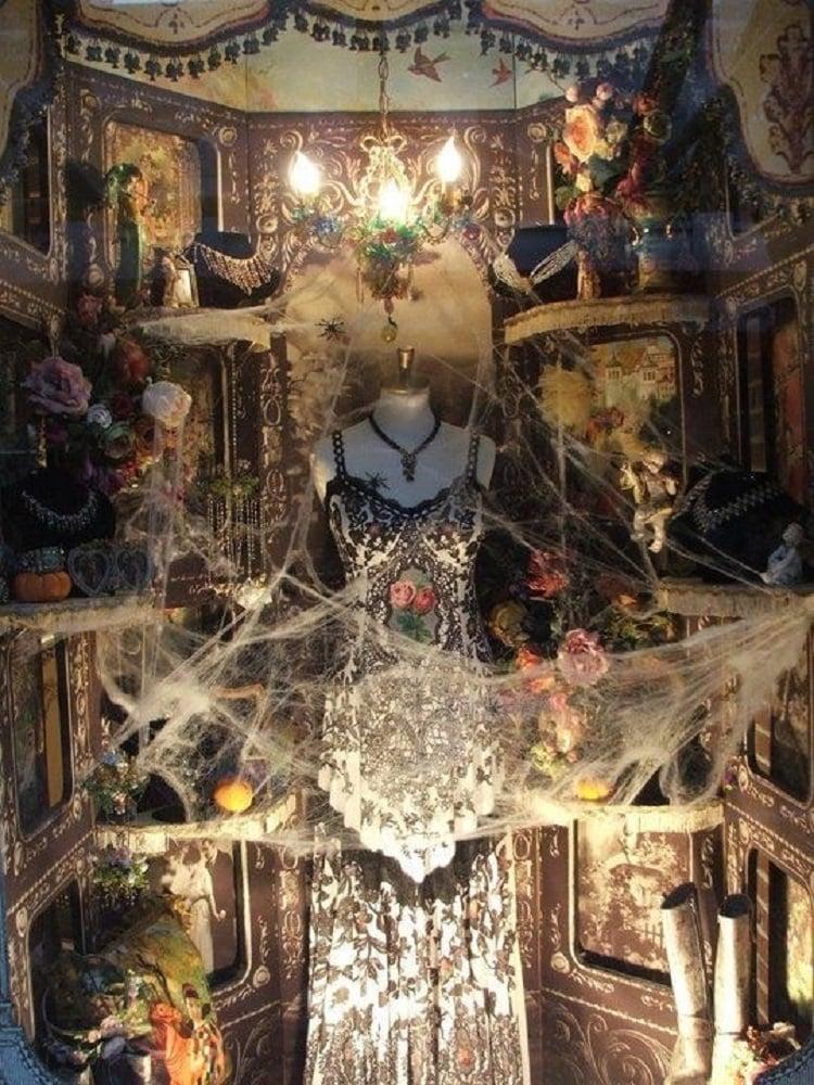 Vitrine com teia de aranha
