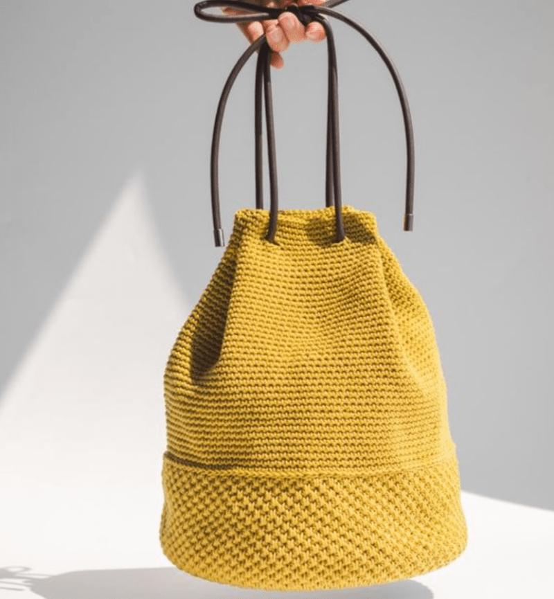 Bolsa bucket com dois pontos de crochê e alça de cadarço