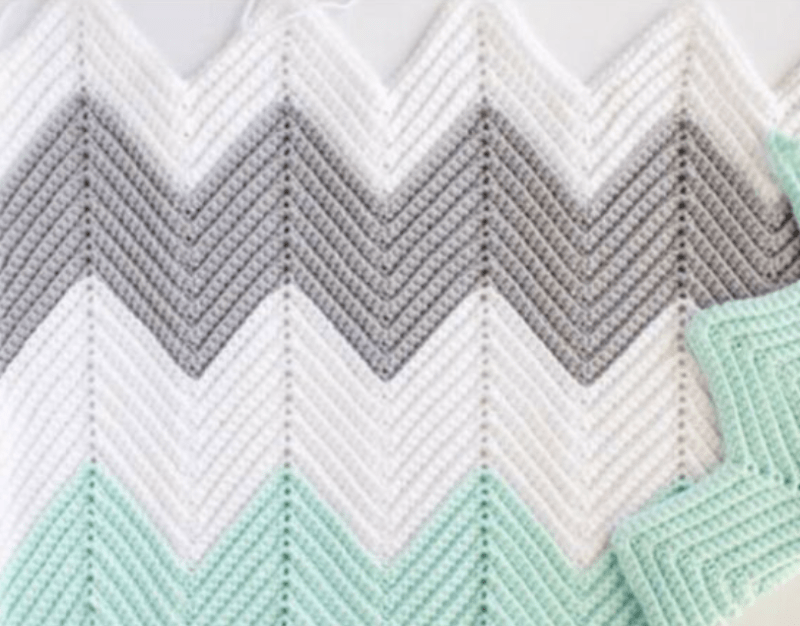 Superfície de crochê zig-zag com 3 cores