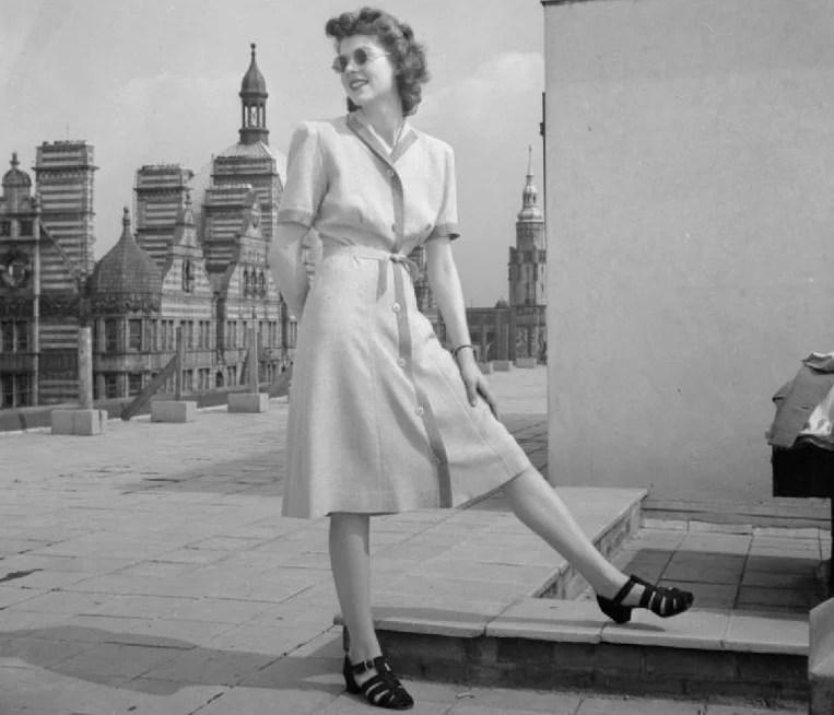 Modelo posando com a moda dos anos 40