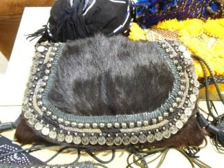 Bolsa estilo gypsy em pele com detalhes em moedas