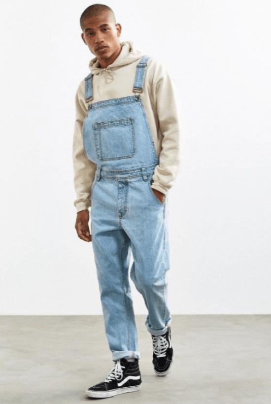 Jardineira jeans, moletom e tênis