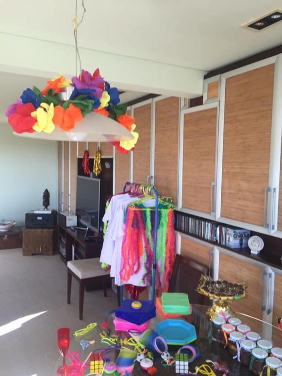 Arara com enfeites divertidos, sainhas, camisetas e shortinhos. Na 25 de Março dá p/ encontrar as peças de 10 R$.