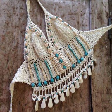 top crochê decorado com conchas