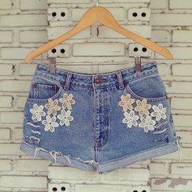 Short jeans customizado com rendas