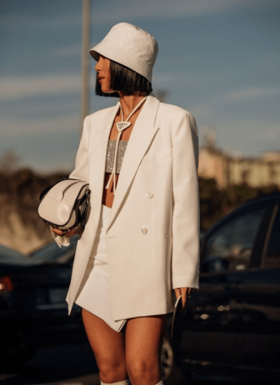 Conjunto blazer, saia assimétrica e bucket hat all white