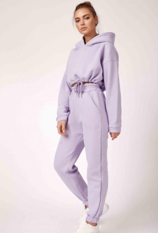 Look monocromático com calça e casaco moletom e tênis