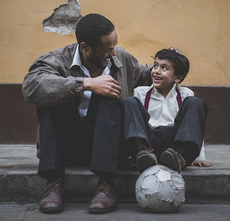 Pai e filho sorrindo juntos