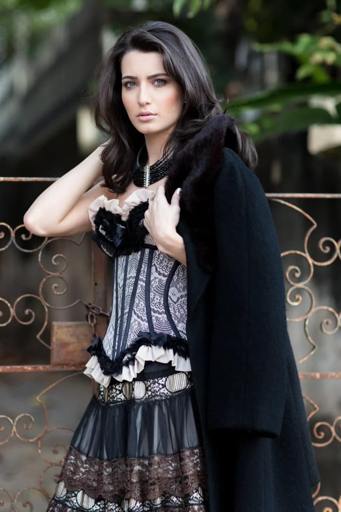 Ensaio fashion bubblesn - Modelo usando espartilho de renda e casaco