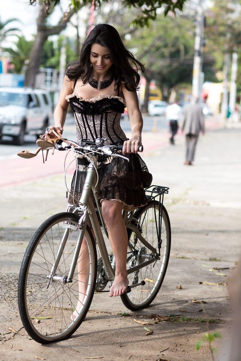 Modelo andando de bicicleta usando espartilho