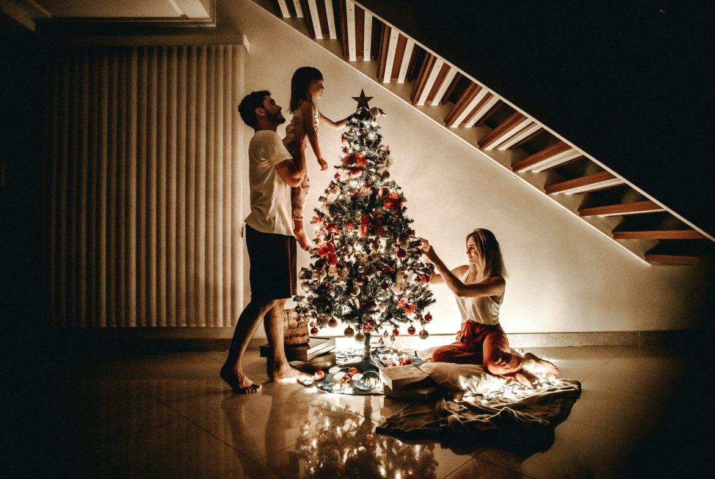 Família decorando árvore de natal