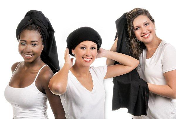 Mulheres negras e brancas com toalha nos cabelos