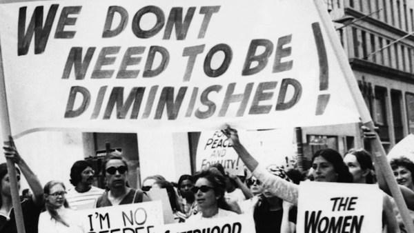 foto em preto e branco de protesto de mulheres