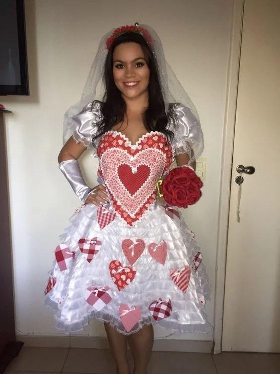 Bordados e apliques de coração na noiva caipira sexy