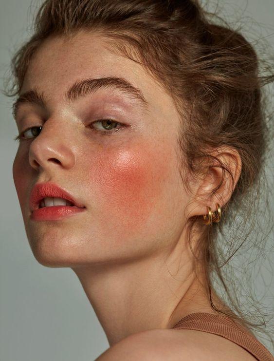 Maquiagem junina: blush, sardas naturais e batom luminoso