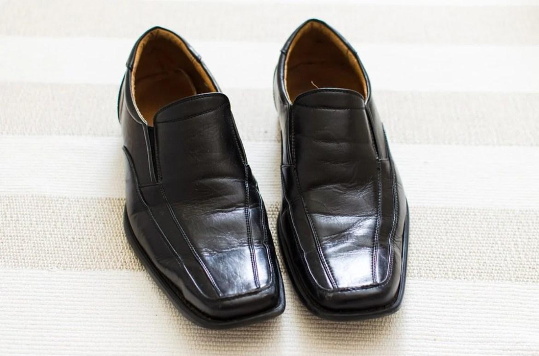 Foto de sapatos elegantes masculinos e pretos