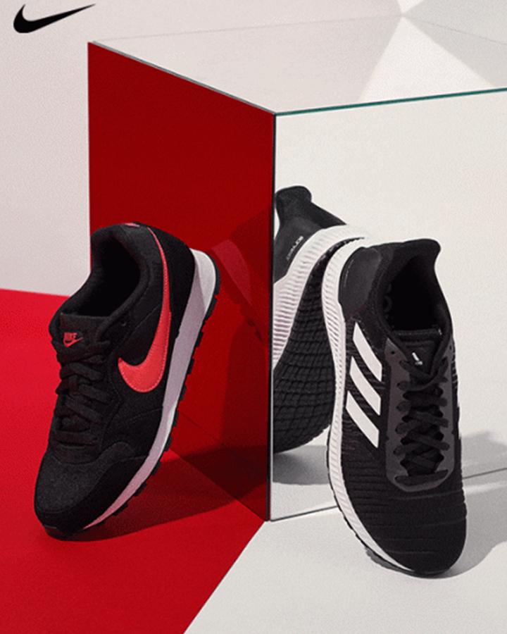 Tênis esportivo preto e branco da Nike