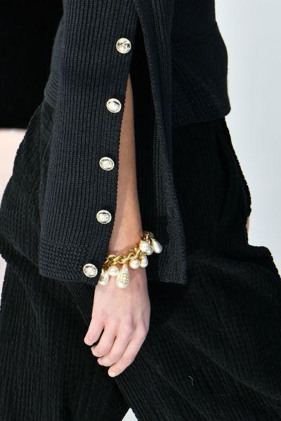 Pulseira Chanel com mix de correntes com pérolas.