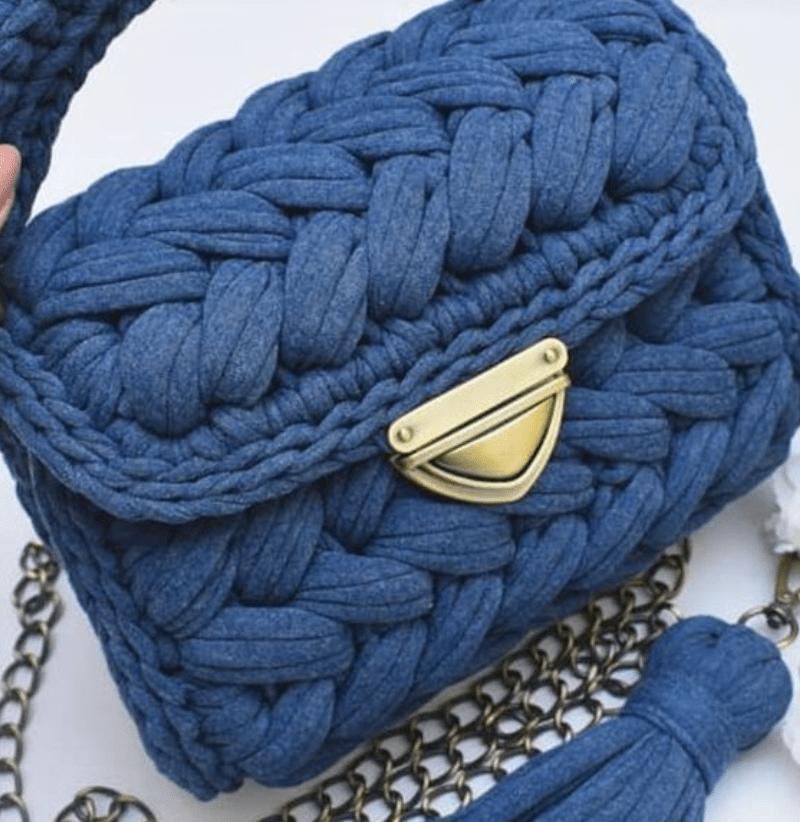Bolsa de mão azul de crochê