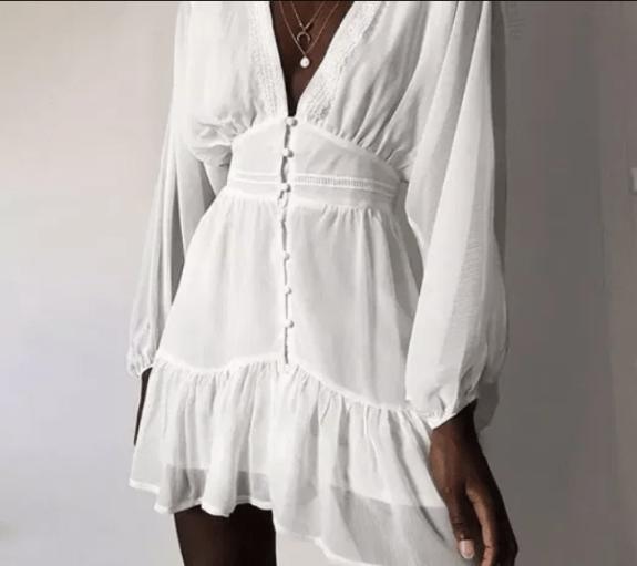 Modelo usa vestido curto estilo boho