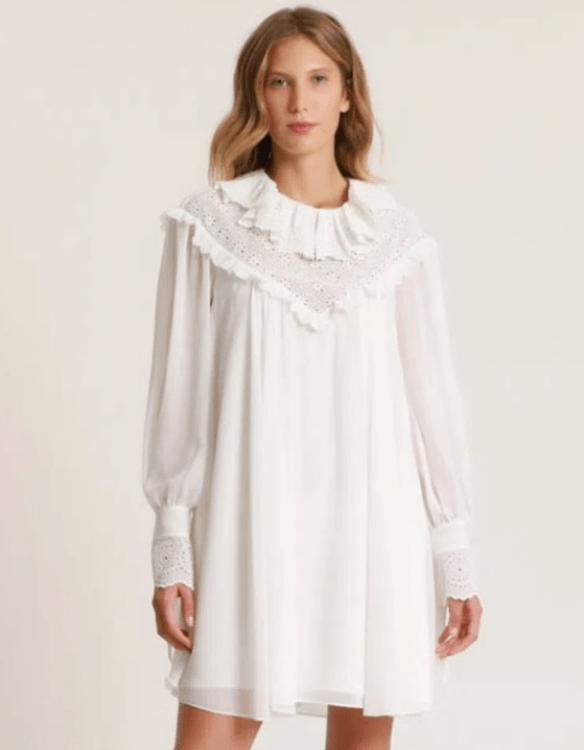 Modelo veste vestido baby doll branco