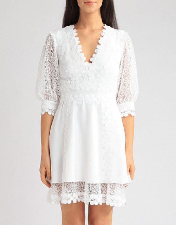 Modelo usa vestido com mangas bufantes branco