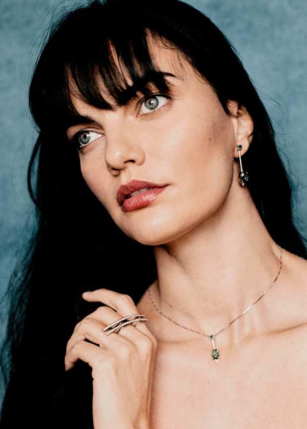 Foto da modelo Barbara Fialho com joias ank