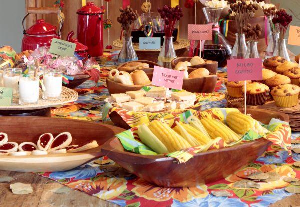 Mesa com diversas comidinhas tradicionais de são joão