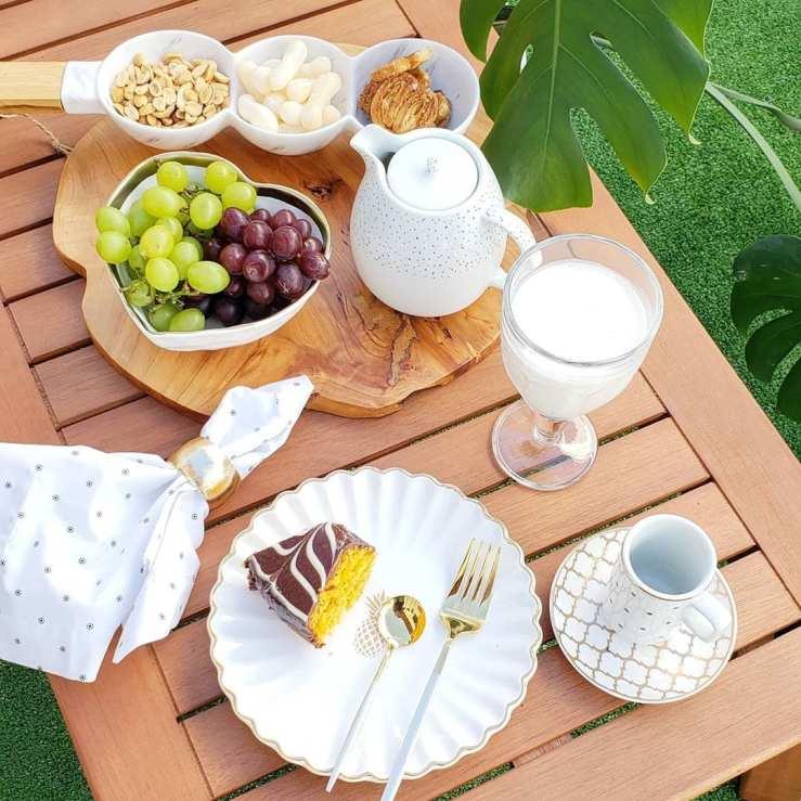 Imagem de mesa posta de café da manhã romântico