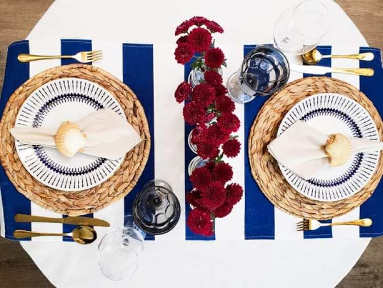 jantar romantico mesa posta navy - Toalha listrada de azul marinho e decoração com flores vermelhas
