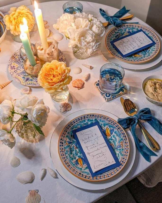 Mesa posta para jantar romântico com decoração em azul e amarelo
