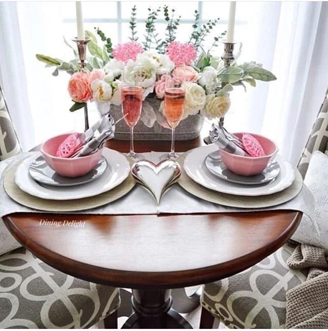 Mesa posta de Jantar de dia dos namorados decorada com coração prata e rosas rosas e brancas