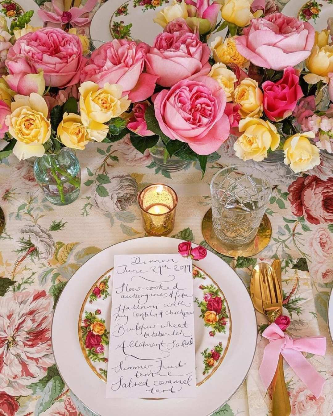 Mesa posta de Jantar Romântico de corada com rosas e menu feito a mão