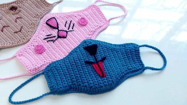 Foto de másccara imitando focinho de coelho e gatinho em crochê