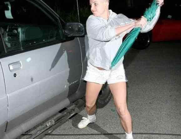Britney ataca o carro de paparazzi com um guarda-chuva