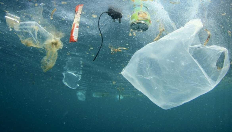 Fundo do mar poluído com plástico