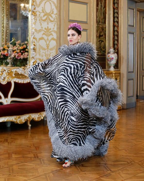 Caftan de zebra trabalhado com plumas nas extremidades - d&g