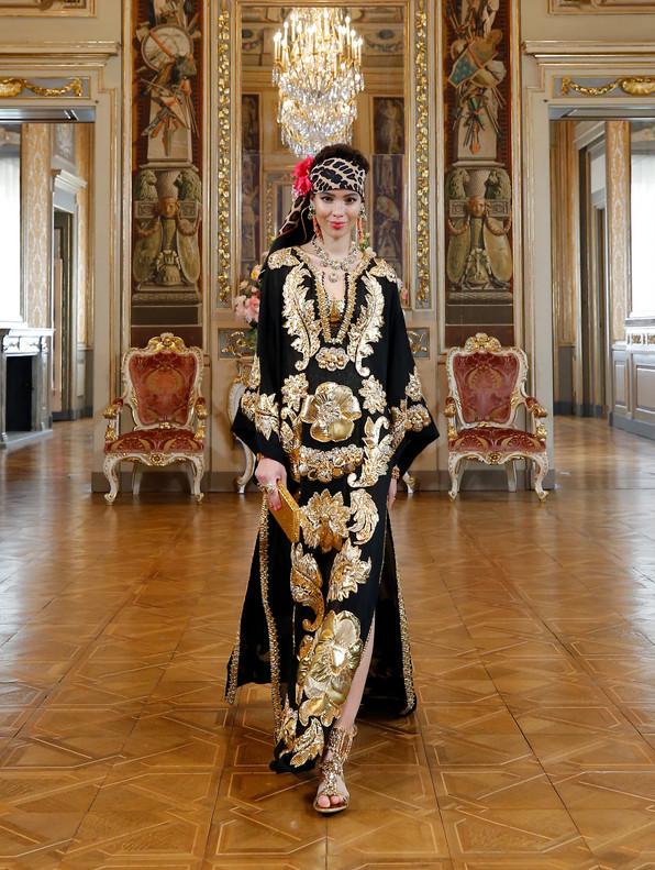 Modelo branca com luxuoso caftan preto trabalhado com ricas flores bordadas em dourado - Dolce & Gabbana Virtual masculino