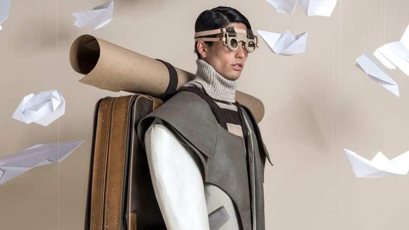 Foto com pegada retrofuturista de homem com mala e mapa rumo ao amanhã