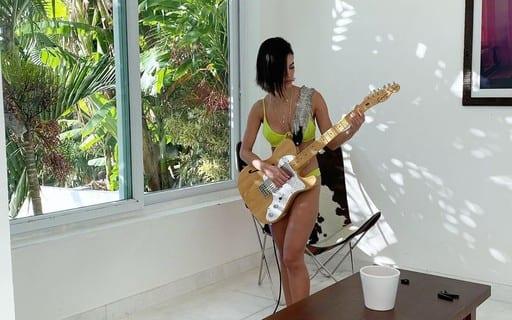 Manu Gavassi toca guitarra de biquíni