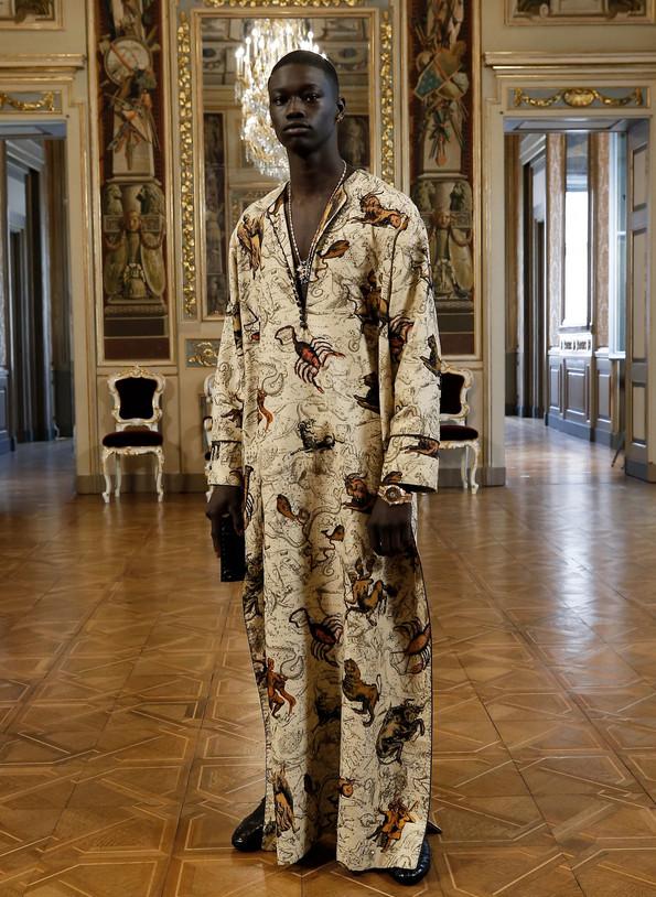 Modelo negro usando caftan com estampa com pegada vintage de escorpião - Túnica longa masculina