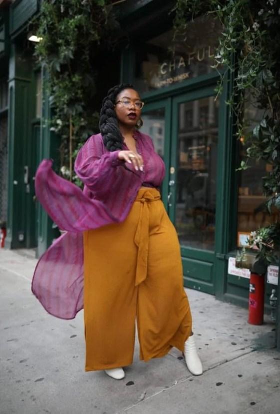 Mulher negra com look esvoaçante vinho e mostarda - Sou plus Size