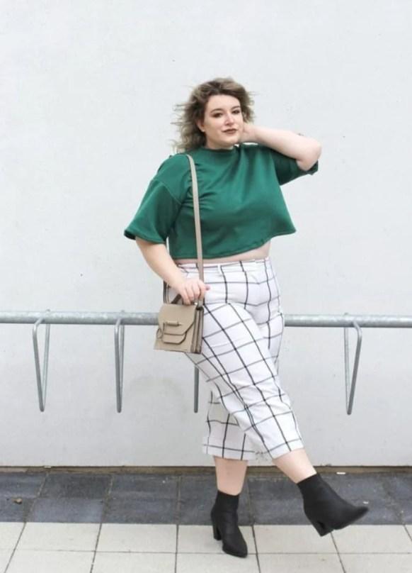 Look Sou Plus Size com calça quadriculada branca e camiseta cropped verde