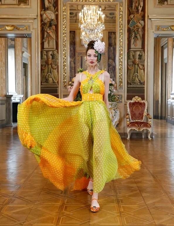 Modelo com vestido esvoaçante e acinturado