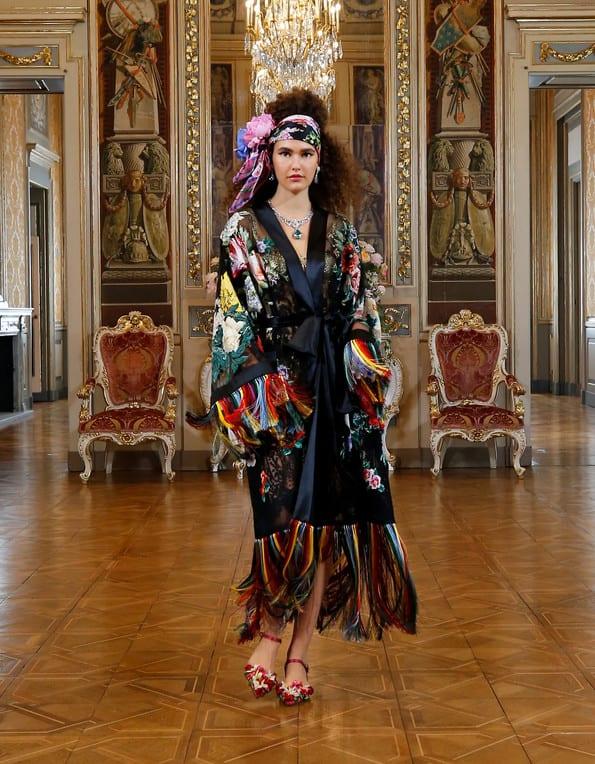 Modelo usando kimono com franjas