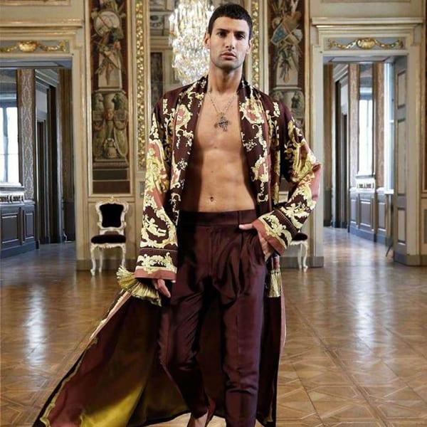 Modelo com kimono e calça de pijama vinho - Dolce & Gabbana Virtual